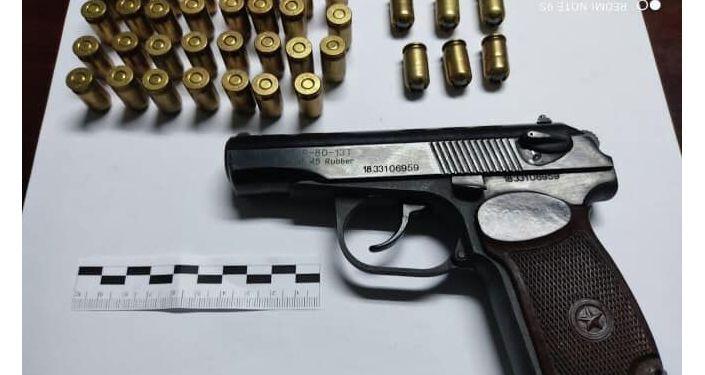 Пистолет изъятый у задержанного в Бишкеке пранкера