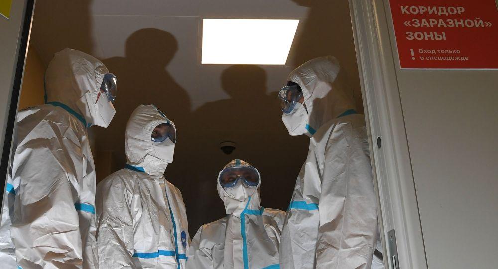 Медицинские работники в герметичном шлюзе в коридоре заразной зоны