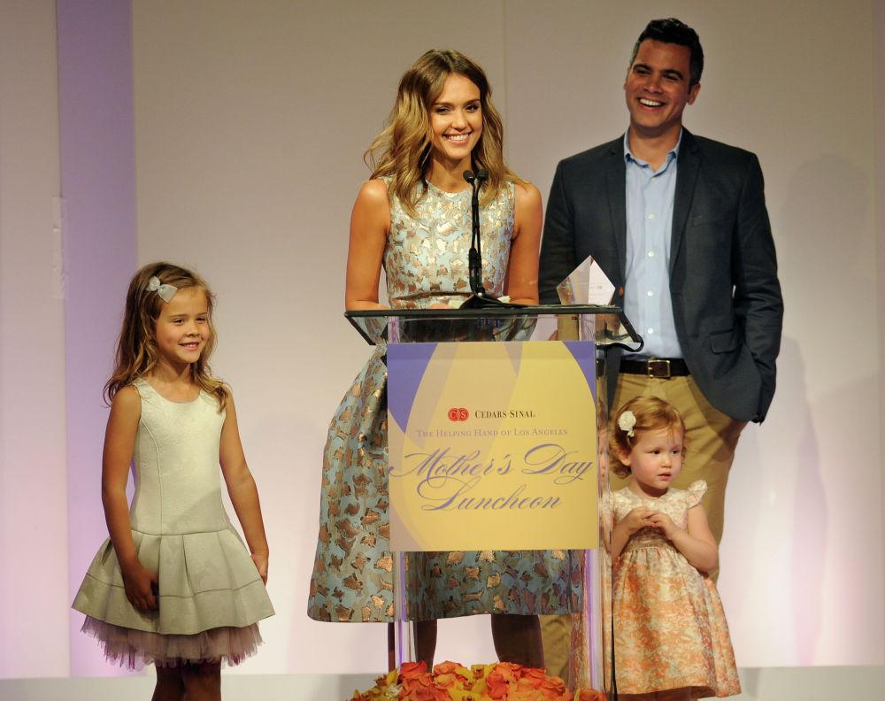 Актриса Джессика Альба получает награду Мать года в честь Дня матери в Лос-Анджелесе. Рядом ее муж Кэш Уоррен и их дочери Онор и Хэвен. 9 мая 2014 года