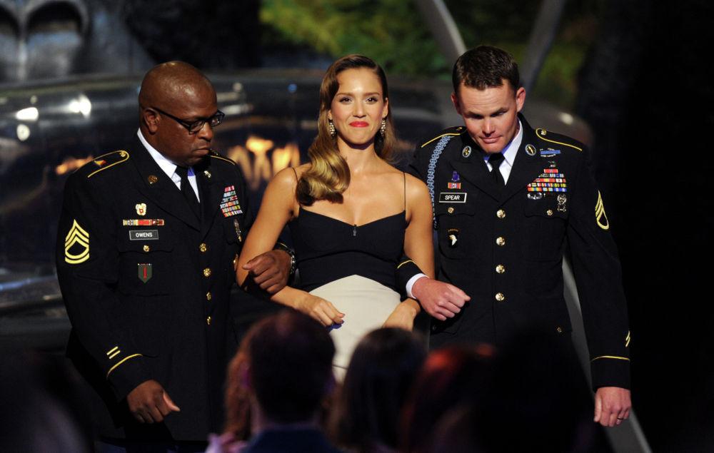 Военнослужащие США вручают актрисе Джессике Альбе награду Guys Choice Awards в Калвер-Сити, Калифорния. 8 июня 2013 года