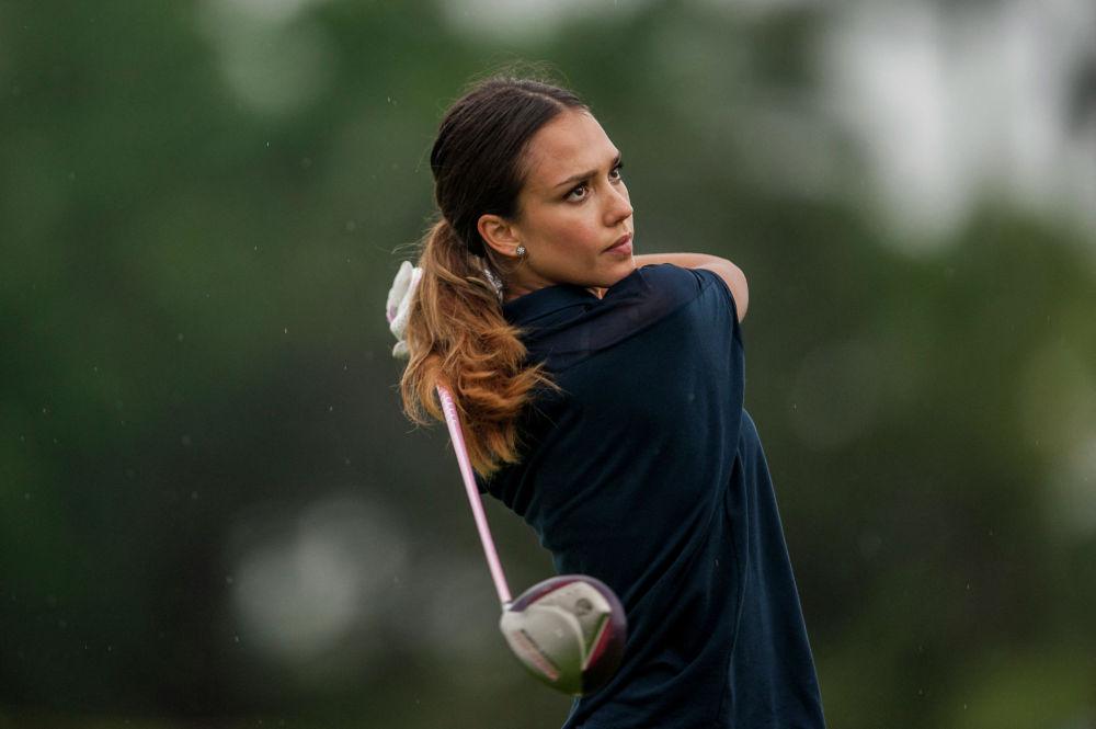 Актриса Джессика Альба играет в гольф на Mission Hills Celebrity Pro-Am на южном китайском острове Хайнань, 25 октября 2014 года
