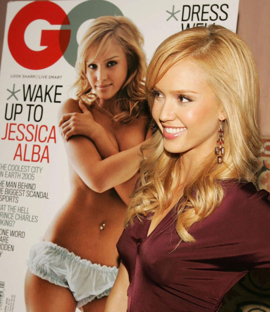 Актриса Джессика Альба позирует рядом со своей обложкой на журнале GQ, в клубе Spider Club в Лос-Анджелесе, Калифорния. 18 марта 2005 года