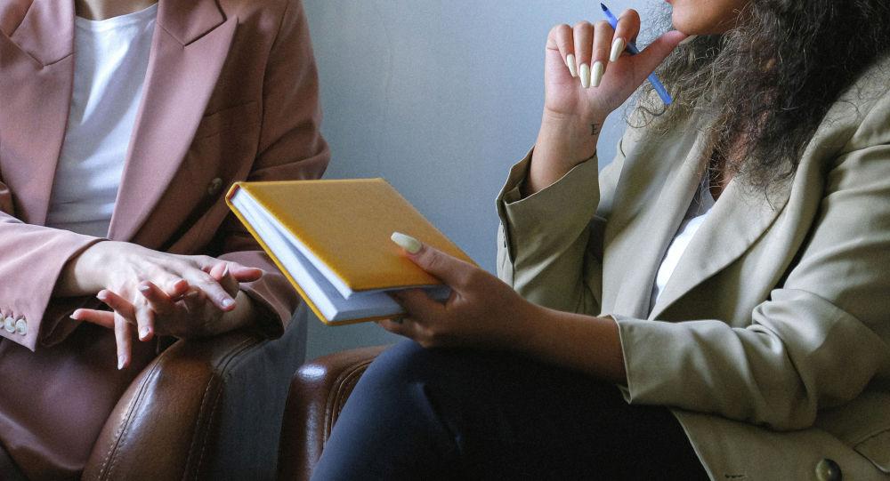 Девушки во время беседы. Иллюстративное фото
