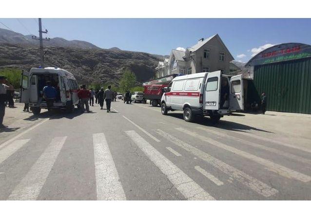 Кареты скорой помощи в приграничном селе Кок-Таш в Баткенской области, где идет конфликт с Таджикистаном. 29 апреля 2021 года