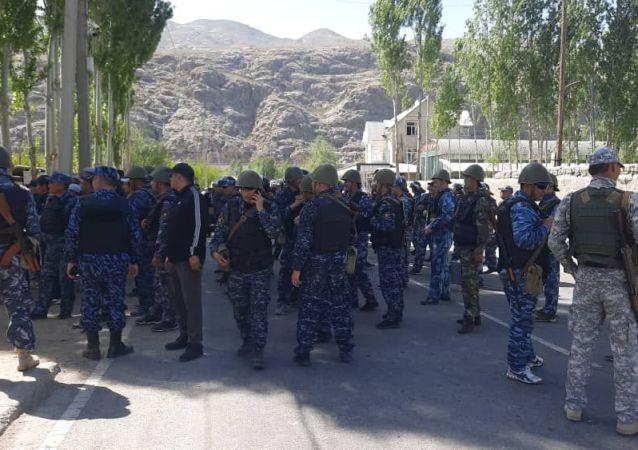 Кыргызские военнослужащие в приграничном селе Кок-Таш в Баткенской области, где идет конфликт с Таджикистаном. 29 апреля 2021 года
