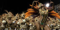 Рио-де-Жанейро шаарындагы (Бразилия) карнавалда самба бийлеп жаткан топ