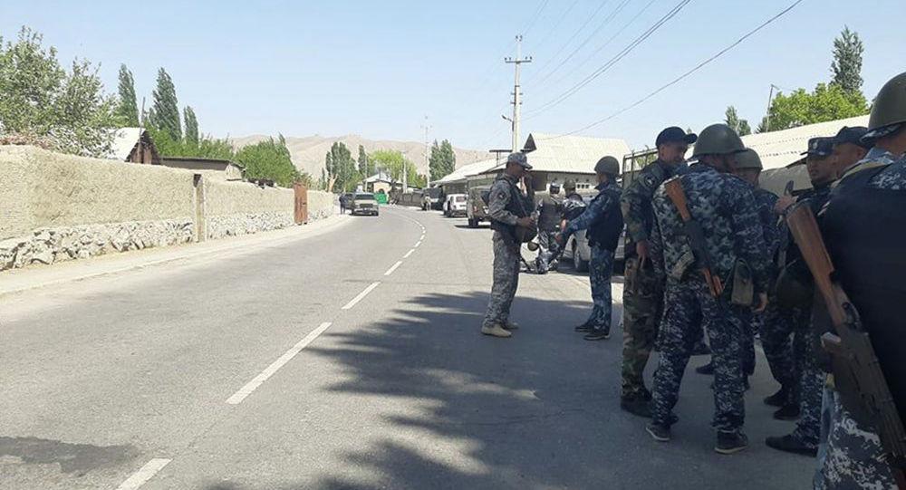 Военнослужащие Кыргызстана на территории приграничных кыргызских сел в Баткенской области, где идет конфликт с Таджикистаном. 29 апреля 2021 года