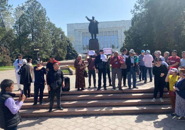 Митингующие у дома правительства, требующие отправки представителей власти в Баткенскую область. 29 апреля 2021 года