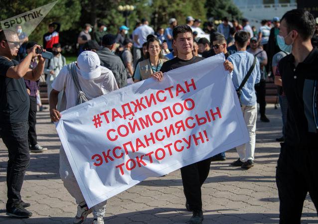 Митингующие у дома правительства в Бишкеке, требующие отправки представителей власти в Баткенскую область. 29 апреля 2021 года