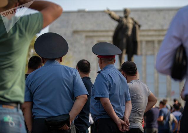 Сотрудники милиции и митингующие у дома правительства в Бишкеке, требующие отправки представителей власти в Баткенскую область. 29 апреля 2021 года