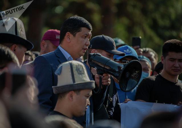 Первый замглавы аппарата правительства Айбек Джунушалиев вышел к митингующим у дома правительства в Бишкеке