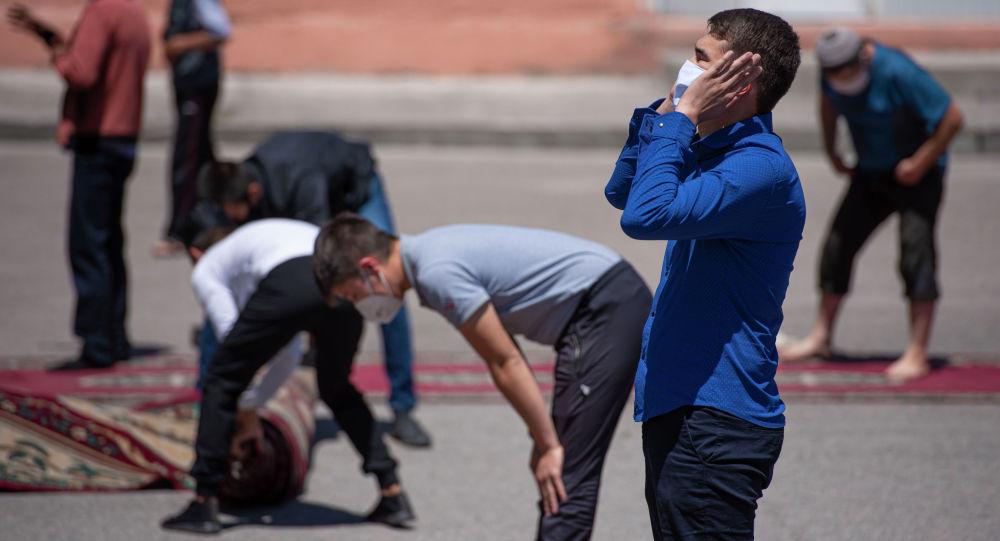 Первый пятничный намаз в Бишкеке. Архивное фото