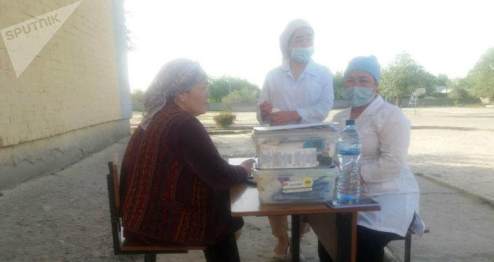 Жителей приграничных сел Кыргызстана эвакуировали из Баткена. Временно поселили в школы.