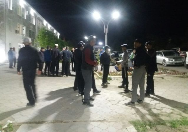 Люди у здания областной администрации в Баткене. 29 апреля 2021 года
