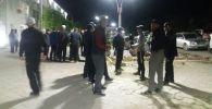 Люди у здания областной администрации в Баткене.