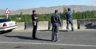 Сотрудники милиции во время военного конфликта в Баткенской области на границе с Таджикистаном