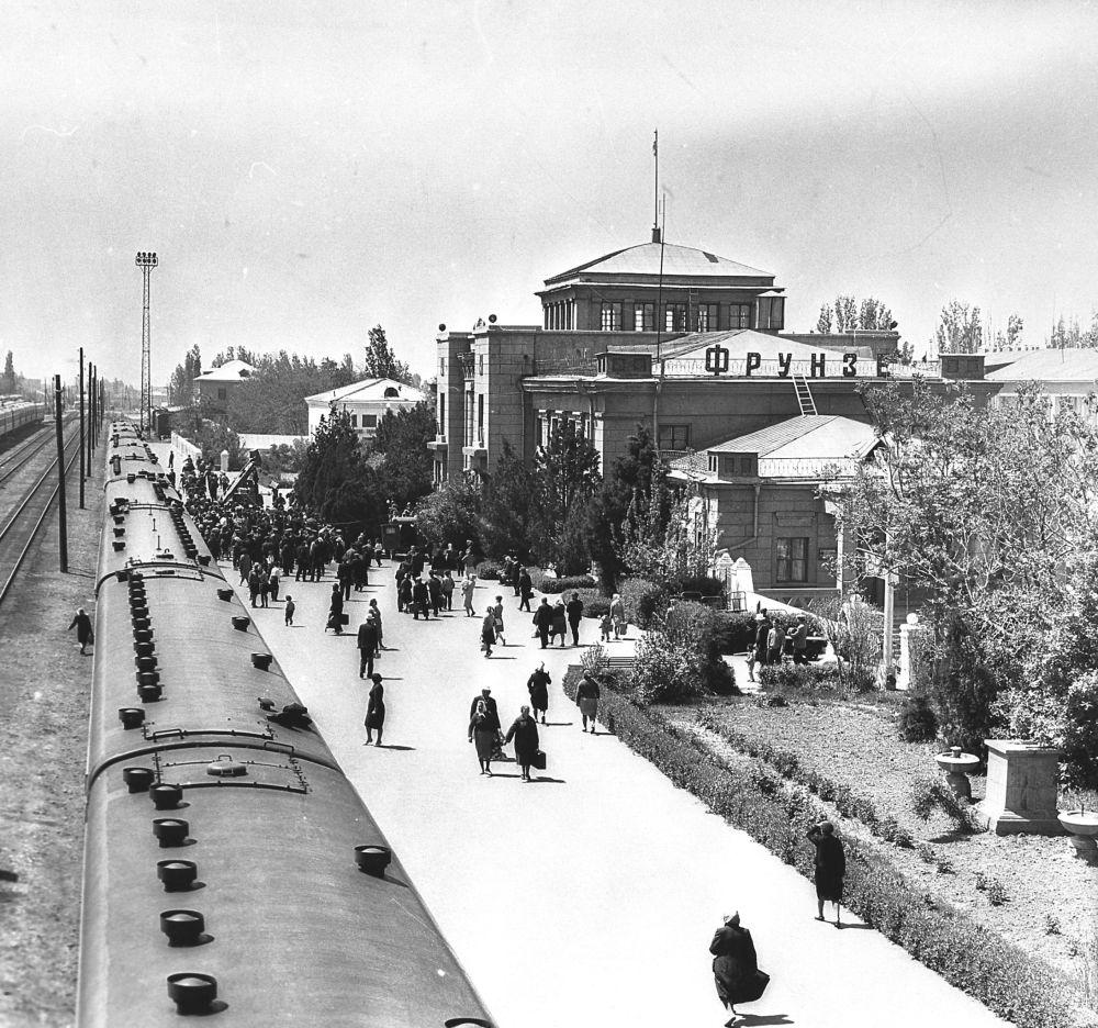 Фрунзе шаарындагы темир жол вокзалы