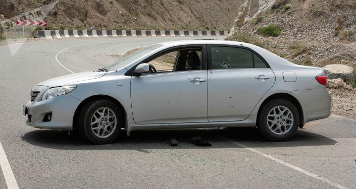 Попавшие под обстрел автомобили с кыргызскими номерами на трассе в село Кок-Таш. Баткенский район, 30 апреля 2021 года