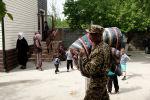 ӨКМ кызматкери эвакуацияланган жарандар үчүн матрацтар менен