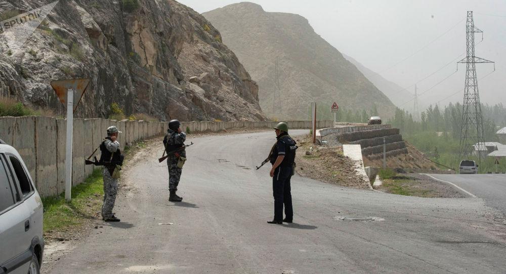 Военнослужащие на дороге ведущей к селу Кок-Таш Баткенской области, где были перестрелки между военными Кыргызстана и Таджикистана