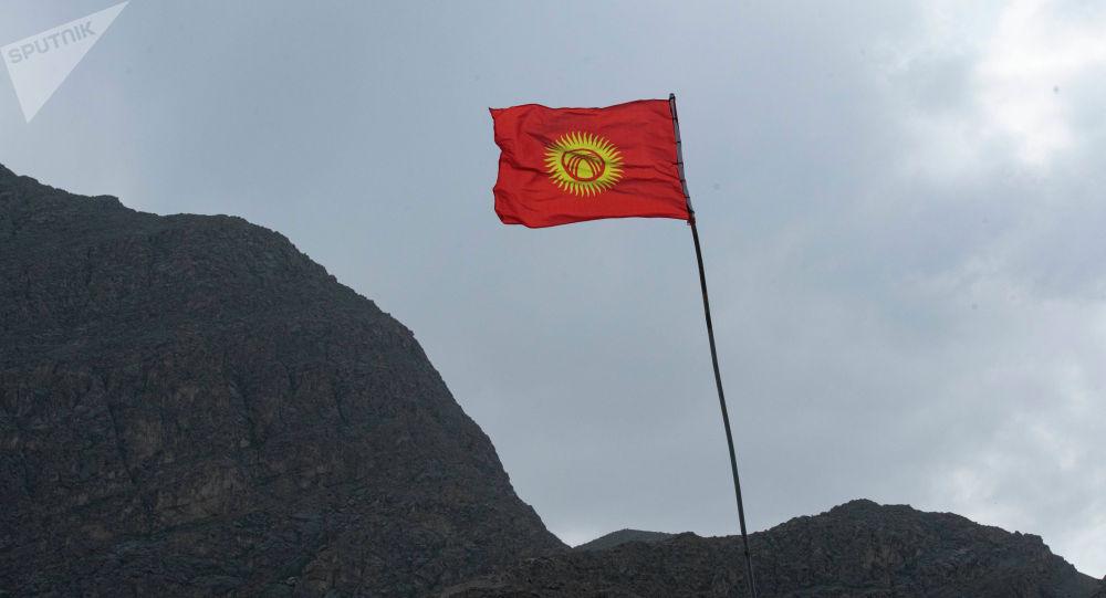 Флаг Кыргызстана близ села села Ак-Сай. Баткенский район. Архивное фото
