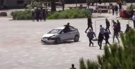 В сети завирусовалось видео, на котором мужчина запрыгнул в автомобиль на ходу, чтобы остановить водителя, который мог сбить десятки людей на площади.