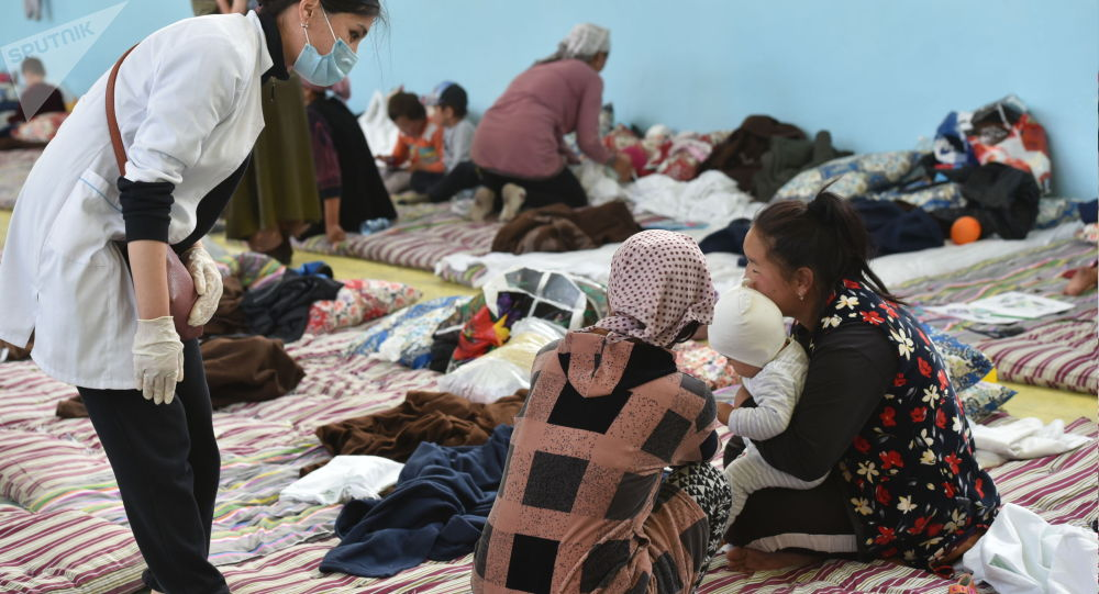 Кыргыз-тажик чек ара чырынан улам Баткен шаарына эвакуацияланган жарандар. Архив