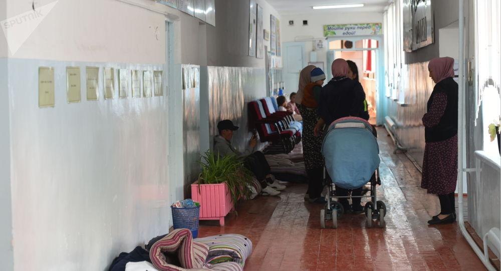 Люди эвакуированные из конфликтных зон на кыргызско-таджикском участке границы в Баткенской области