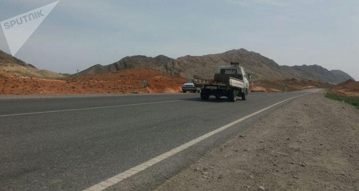 Закрытая дорога на участке Торт Кочо (Жака Орук) в Кок-Ташском айыльном округе Баткенского района