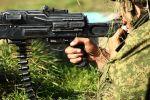 Военнослужащий стреляет из пулемёта. Архивное фото
