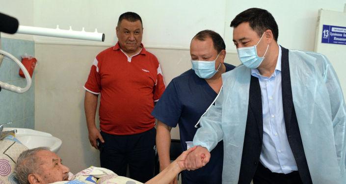 Президент Садыр Жапаров навестил пострадавших из Баткенской области, получающих лечение в БНИЦТО