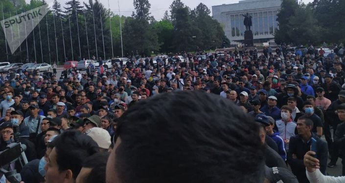 Митинг у здания Правительства в Бишкеке с требованием решить конфликт в Баткенской области на границе с Таджикистаном