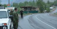 Военнослужащие стоят у дороги в селе Кок-Сай Баткенской области, во время приграничного конфликта Кыргызстана и Таджикистана