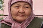 61-летняя Турсунай Арданова из приграничного села Ак-Сай уже второй день живет в спортзале одной из школ города Баткена. Из села ей пришлось бежать в самом начале конфликта на границе. Причем бежать одной.