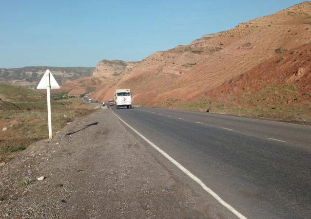 Автомашины с гуманитарной помощью для жителей Баткенской области на границе с Таджикистаном во время военного конфликта