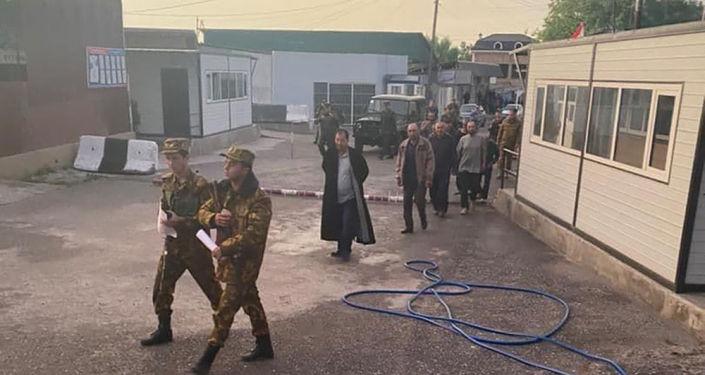 Возвращение десяти кыргызстанцев, взятых в заложники при приграничном конфликте между Кыргызстаном и Таджикистаном в Баткенской области