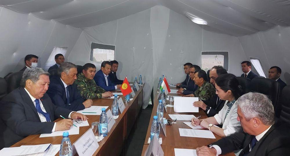 Глава ГКНБ и председатели правительственных делегаций двух стран Камчыбек Ташиев и Саймумин Ятимов.