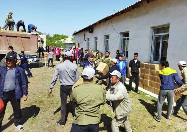 МЧС доставил 3 КамАЗа гуманитарной помощи в село Маргун Баткенской области эвакуированному населению.