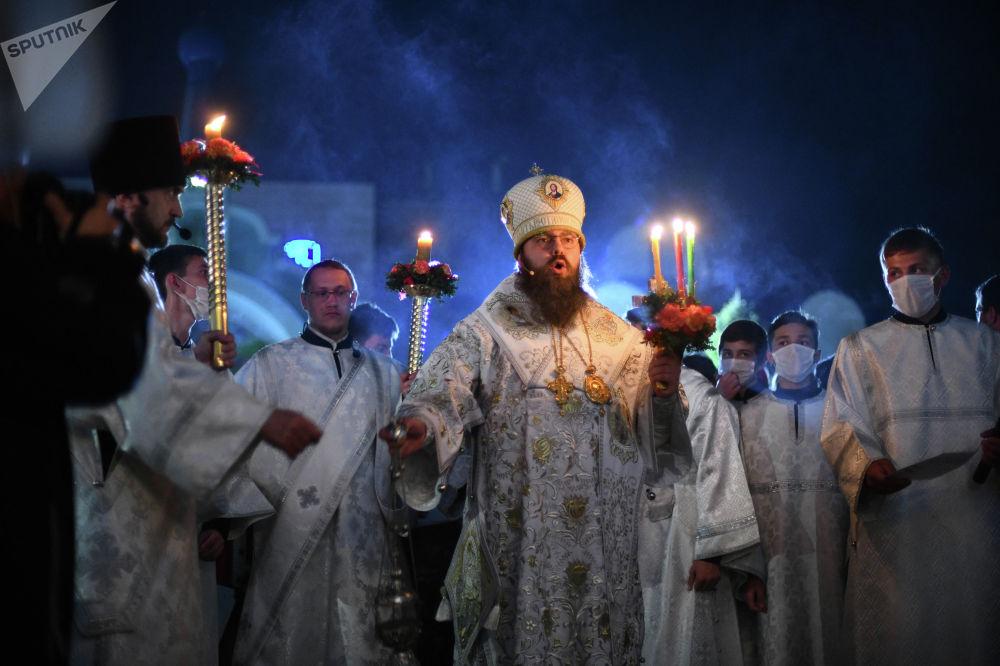 Пасха— это нетолько куличи ияйца, это впервую очередь молитва и пасхальный утренник, который завершается божественной литургией