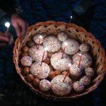 Главные атрибуты праздничного стола — крашеные яйца, кулич и пасха (сладкое блюдо из творога с изюмом)