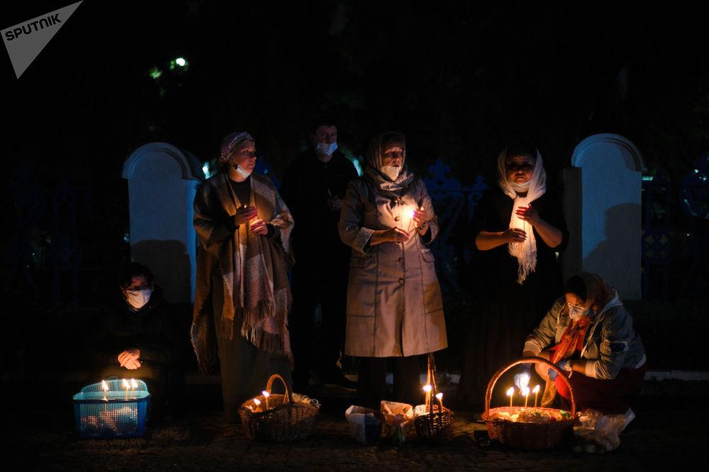 В ночь на 2 мая прошла ночная служба, завершившаяся божественной литургией