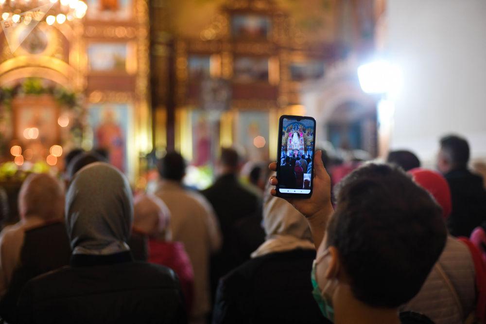 В БишкекскийСвято-Воскресенский кафедральный собор пришлисотни человек