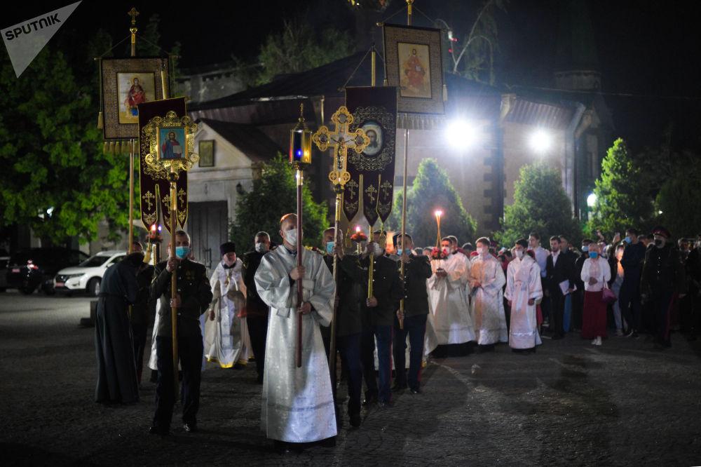 В церкви с древних времен сложилась традиция пасхального богослужения ночью.На фото начало Крестного хода.
