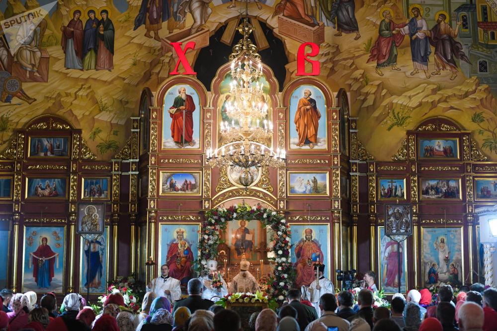 Дата празднования Пасхи ежегодно вычисляется по лунно-солнечному календарю. Верующие на пасхальном богослужении в Свято-Воскресенском кафедральном соборе в Бишкеке.