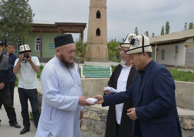 Исполняющий обязанности муфтия Жоробай Шергазыев встретился с родственниками 31 погибшего в кыргызско-таджикском приграничном конфликте в и выразил им соболезнования.