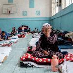 Граждане Кыргызстана, которые были эвакуированы из районов, граничащих с Таджикистаном из-за боевых действий вдоль кыргызско-таджикской спорной границы внутри школьного спортзала в городе Баткен на юго-западе Кыргызстана. 1 мая 2021 года