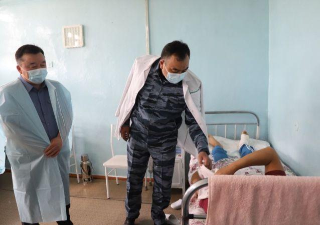 Министр МВД Улан Ниязбеков ознакомились с состоянием сотрудников органов внутренних дел и военнослужащих Внутренних войск МВД, получивших ранения в результате вооруженного конфликта на кыргызско-таджикском участке государственной границы в Баткенской области