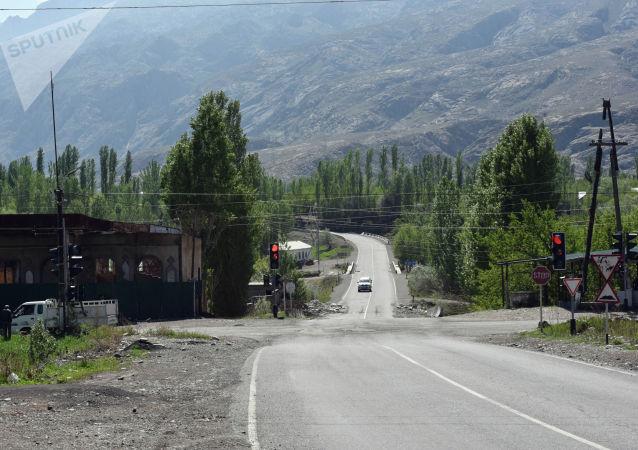 Разрушенные здания в местности Торт-Кочо, где таджикская сторона ранее выставляла блокпост