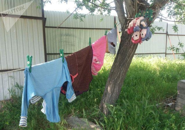 Оставленные вещи в селе Максат Баткенской области после военного конфликта на кыргызско-таджикской границе