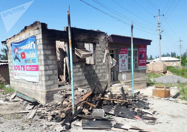Сгоревшие жилые дома кыргызстанцев в селе Максат Баткенской области после военного конфликта на кыргызско-таджикской границе
